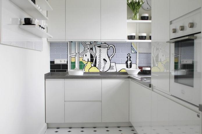 Фотопечать на плитке в белой кухне