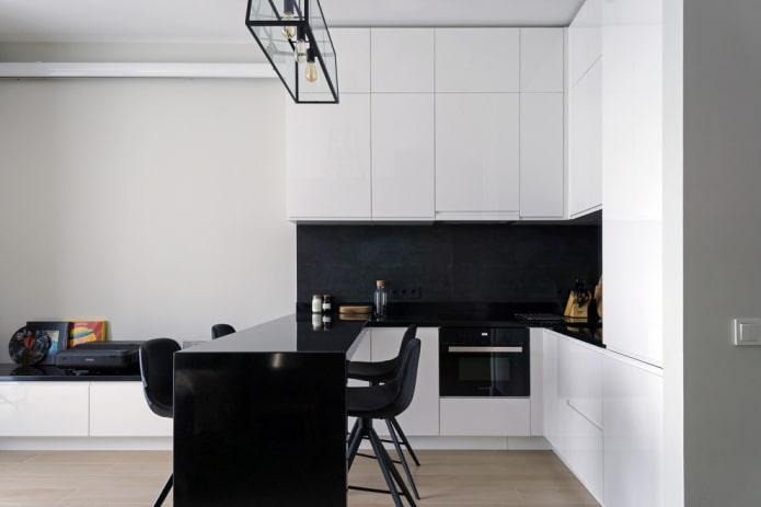 Белая кухня с чёрным фартуком