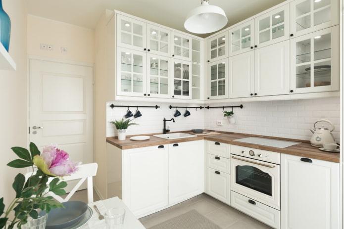 Белая кухня с белым кабанчиком