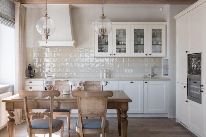 Песочный фартук на белой кухне