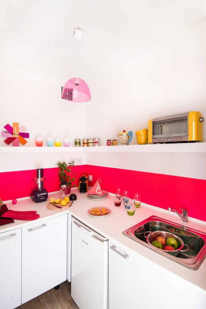 Розовый фартук на белой кухне