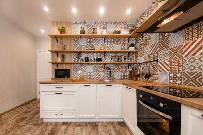 Пэчворк на белой кухне