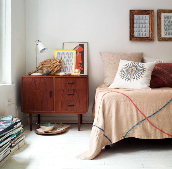 Спальня с ретро-тумбочкой