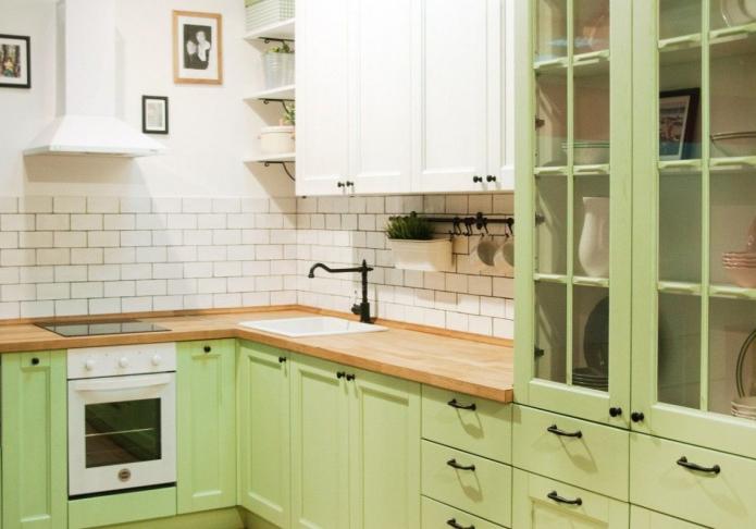 зеленая кухня с черными ручками
