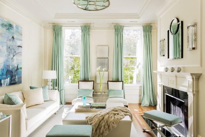 светлый зал с двумя окнами