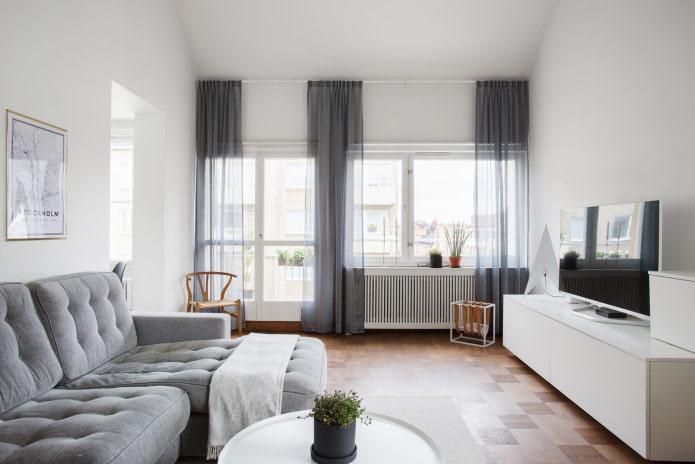 белый зал с двумя окнами
