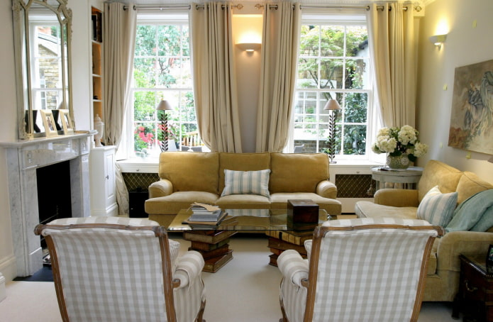 гостиная в доме с двумя окнами