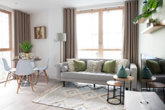 диван спинкой к окну