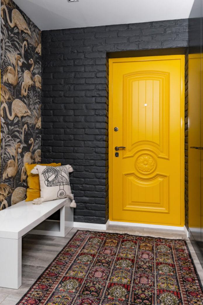 яркая входная дверь
