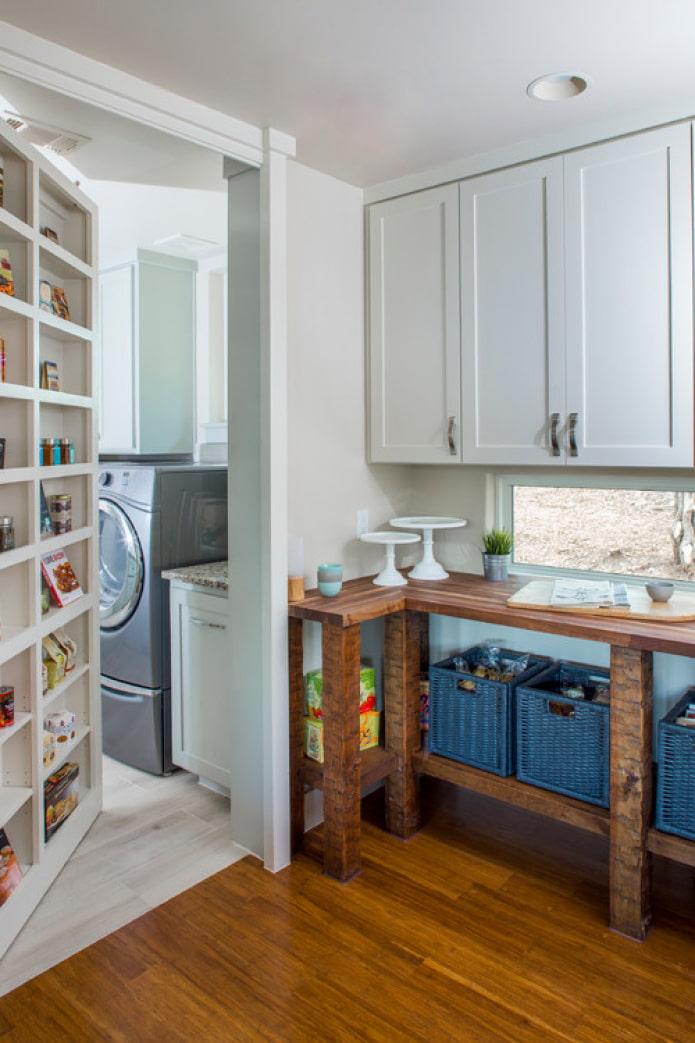 дверь-стеллаж на кухне