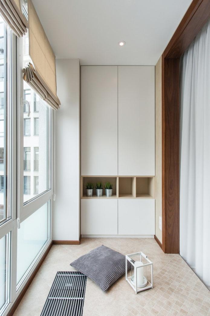 белые рамы на балконе
