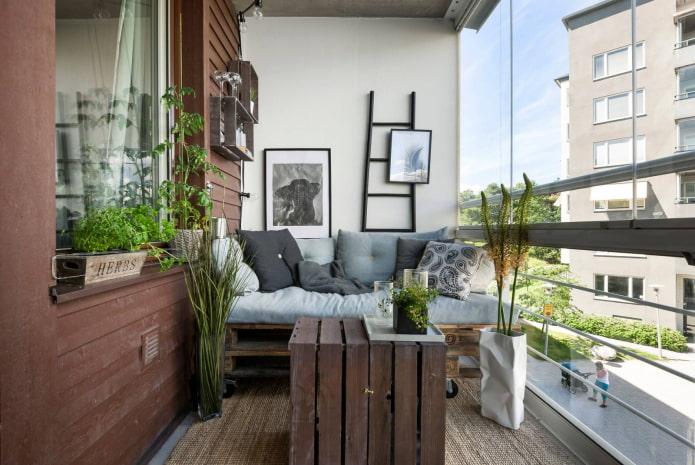 мебель из паллет на балконе