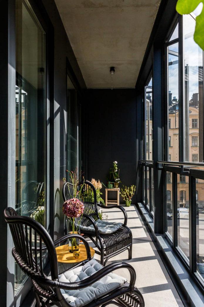 дизайн балкона в черном цвете