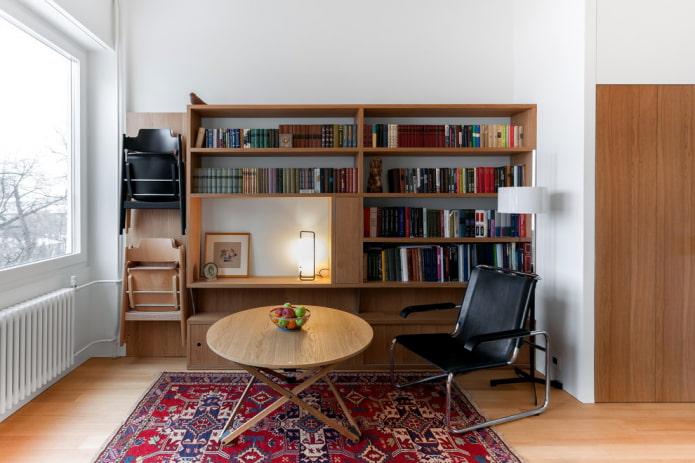 Складные стулья на стене
