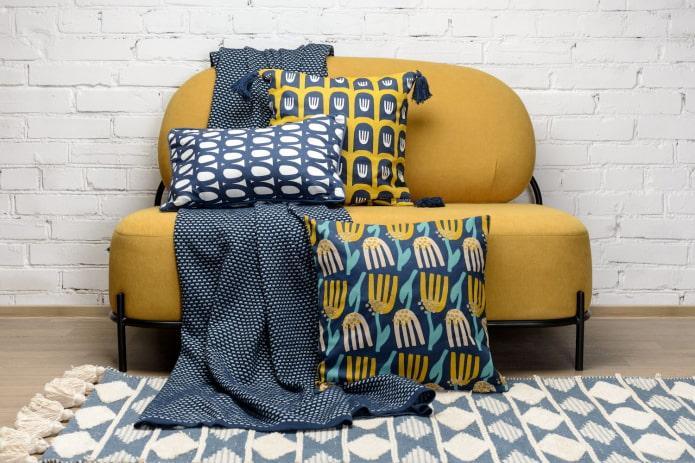 сочетание подушек с диваном