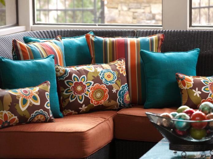 яркие подушки для дивана