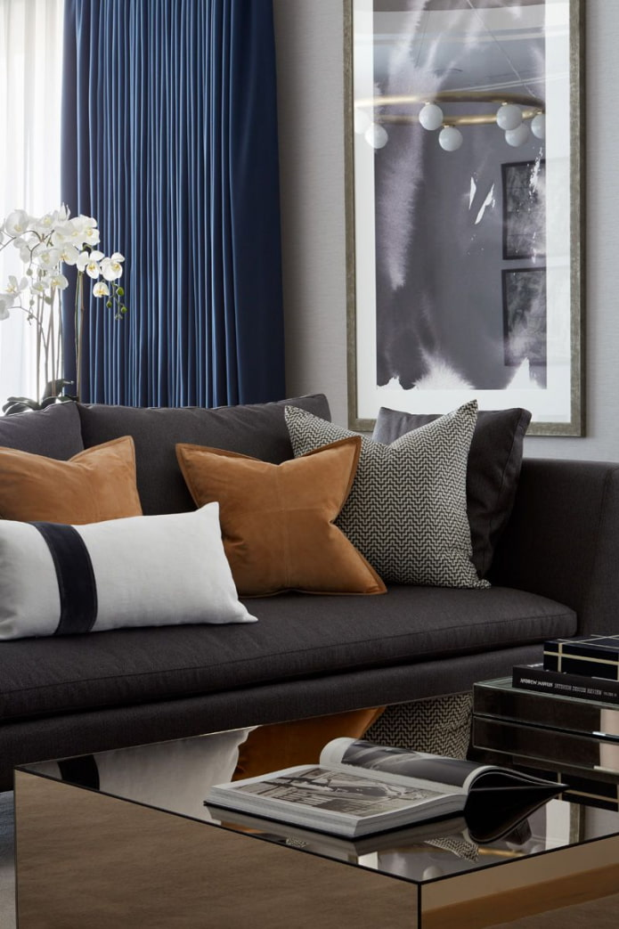 акцент на диванных подушках