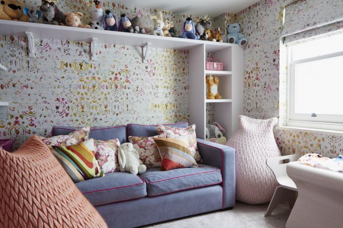 диван с подушками в детской