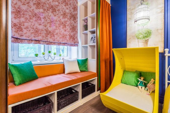 диван с подушками на окне