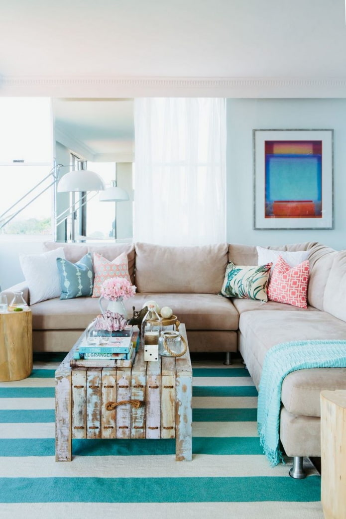 цветные подушки на светлом диване