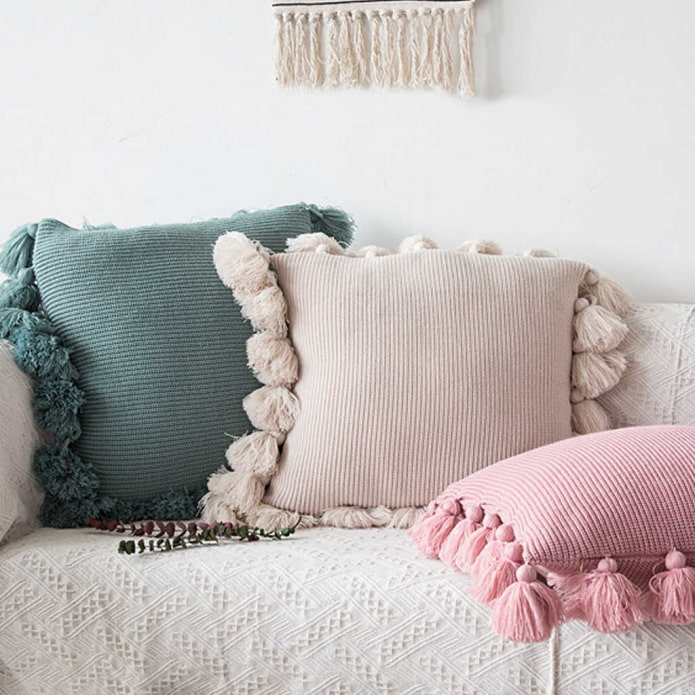 подушки с помпонами
