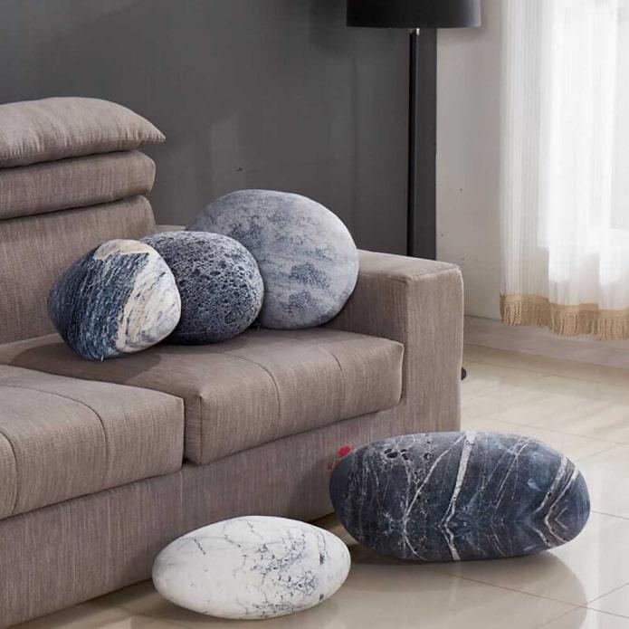необычная подушка в виде камня