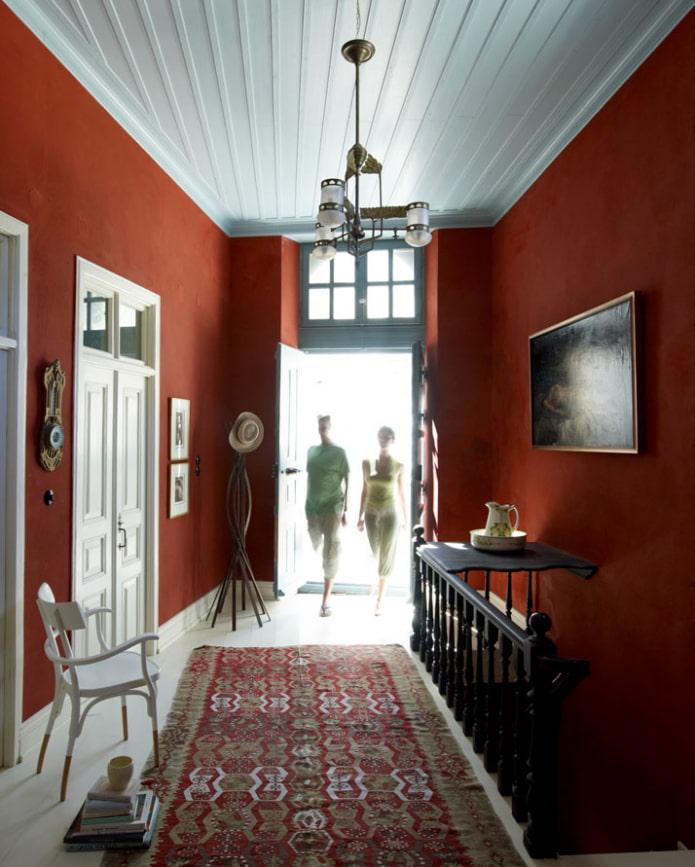 коридор с оранжевыми стенами