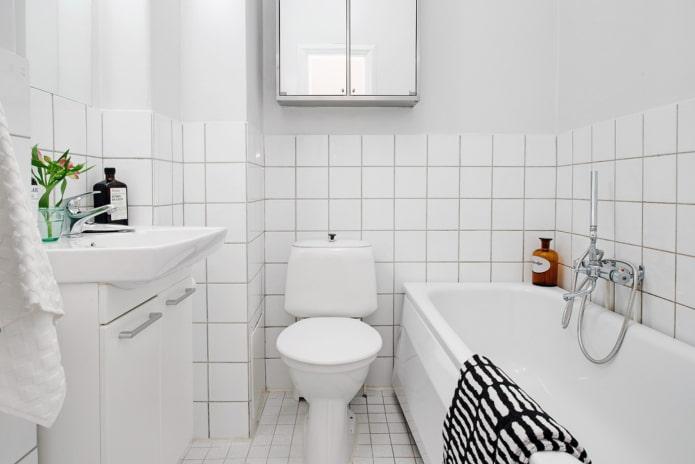 белая маленькая ванная