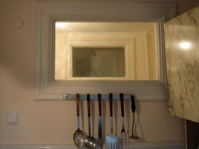 Зачем в хрущевках делали окно между ванной и кухней: 4 версии правильная