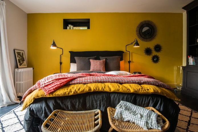 горчичная стена за кроватью