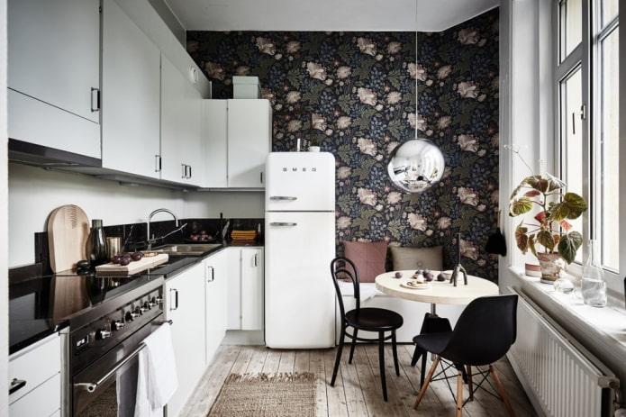 Обои с рисунком на кухне