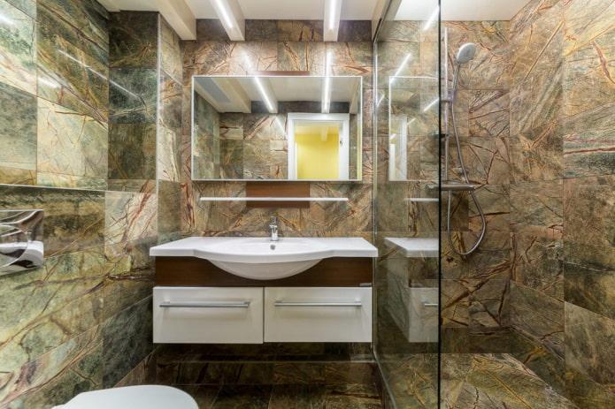 коричневый мрамор на стенах и полу