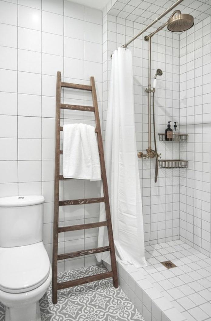 белая квадратная плитка на стенах