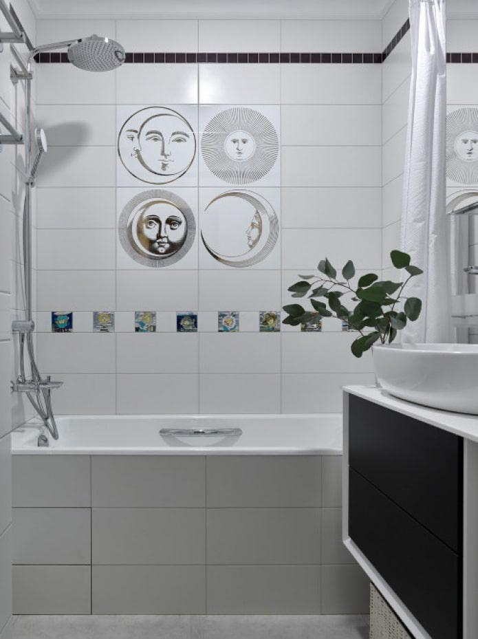 яркий декор плитки в ванной