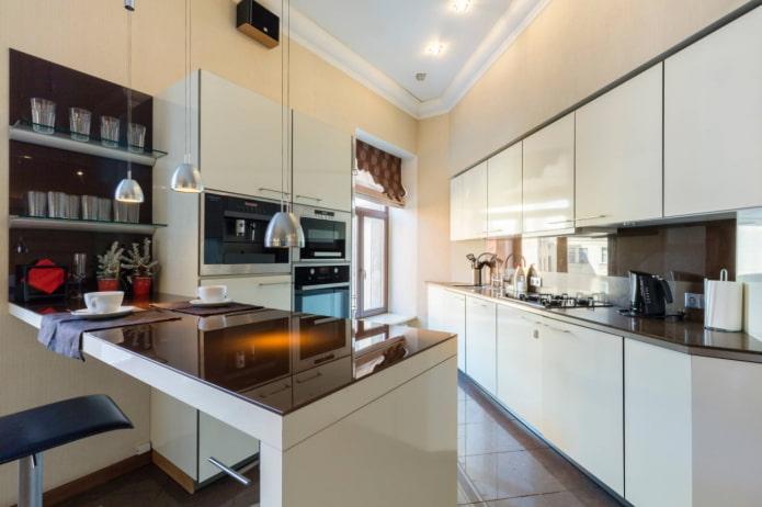 кухня неправильной формы с окном