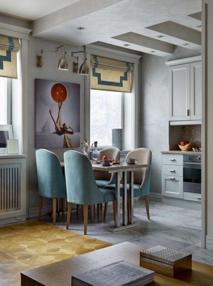 стол между окнами на кухне