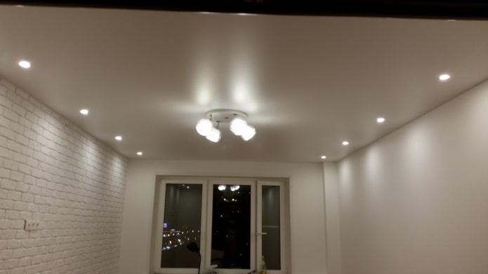 светильники вдоль стен на потолке