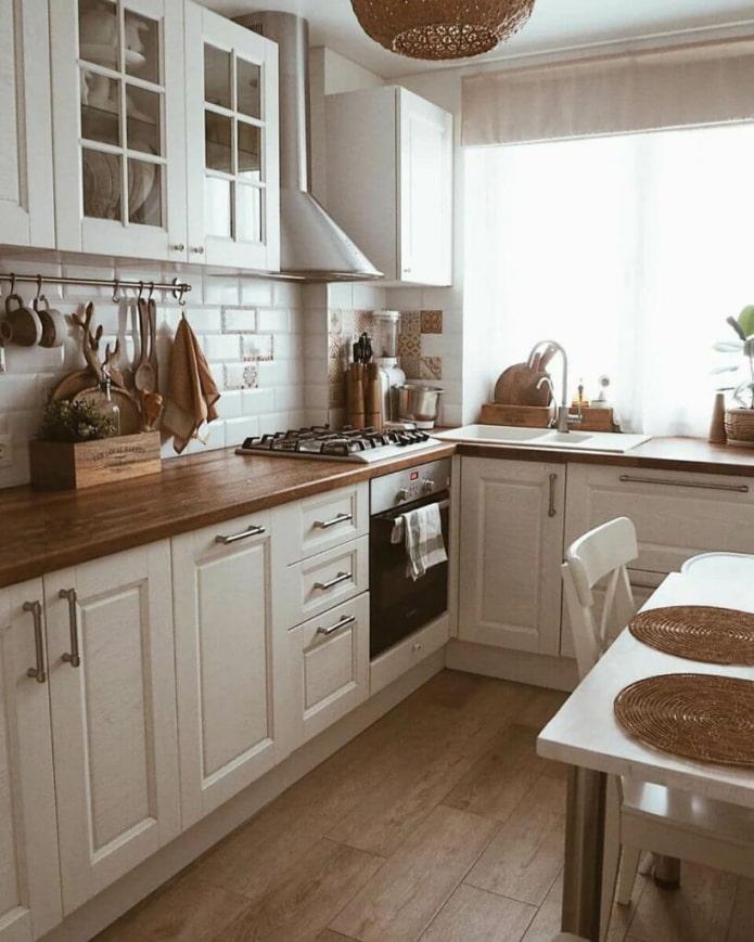скандинавская кухня с раковиной у окна
