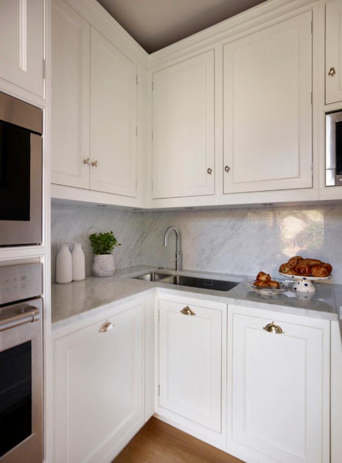 вытянутая раковина на кухне