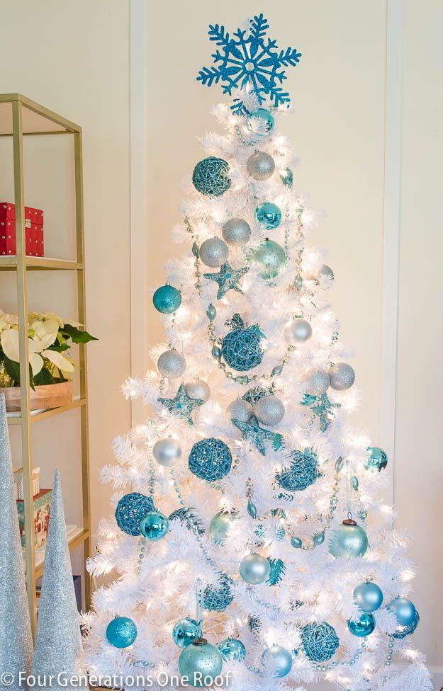 Белая ель с голубым декором