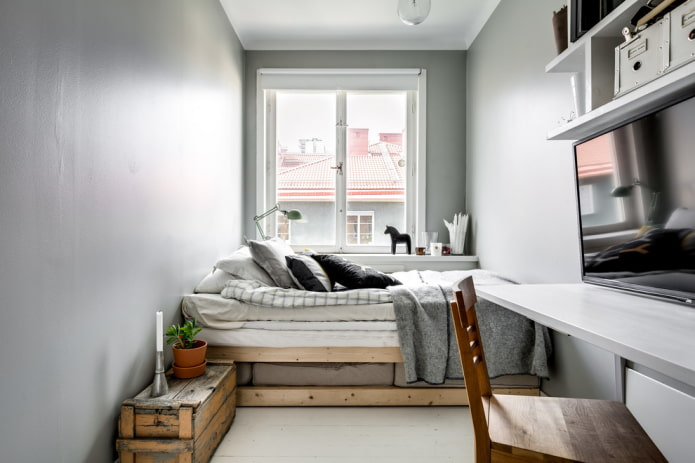 Кровать в узкой комнате