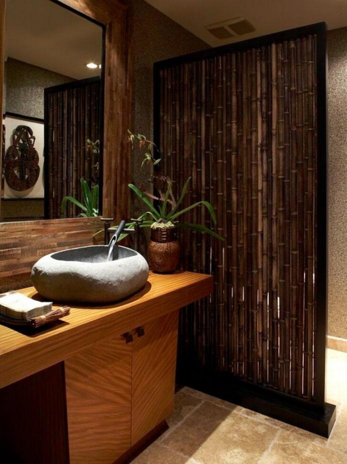 зонирование ванны стеблями бамбука