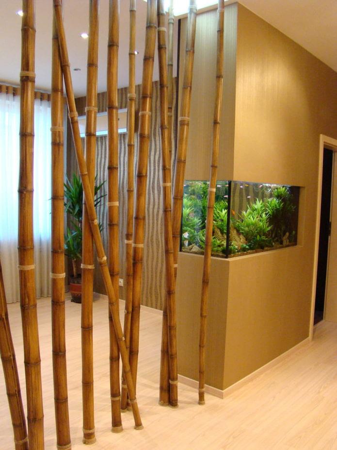 перегородка из стеблей бамбука