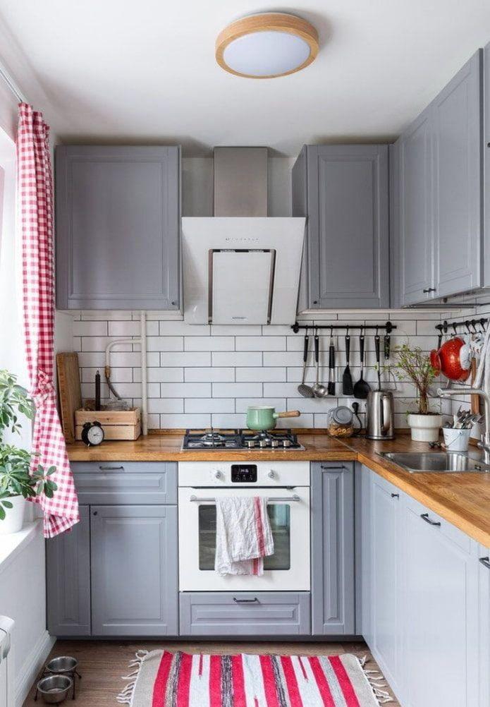 Серая кухня с красными элементами