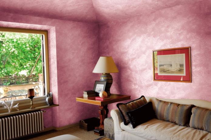 розовые стены и потолок