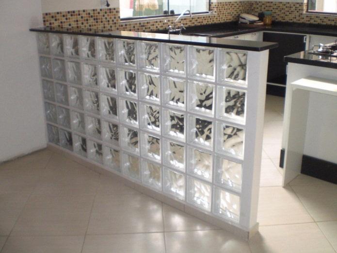 прозрачные стеклоблоки на кухне