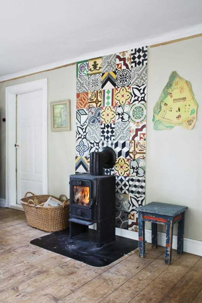 Стена с плиткой пэчворк