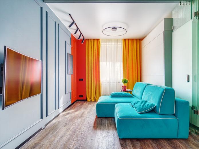 Гостиная с цветными деталями