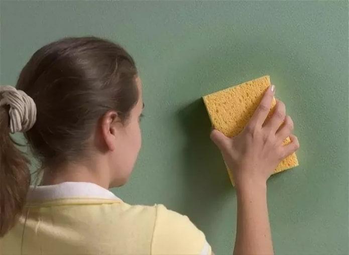 мытье стены губкой