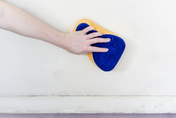 чистка стены мягкой губкой